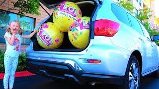 Las bolas  LOL CONFETTI en el coche de mamá. El vídeo para los niños.