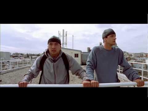 Нереальный Прыжок с Одного Дома на Другой ... отрывок из фильма (Ямакаси/Yamakasi)2001