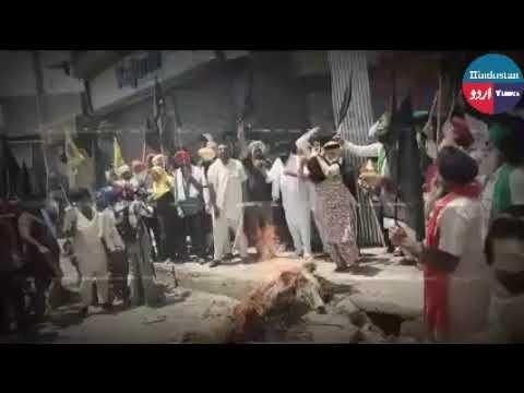सिंघू बॉर्डर पर किसानों ने मोदी सरकार के पुतले जलाकर व काले झंडे लहराकर विरोध प्रदर्शन किया।