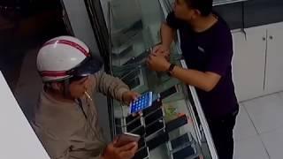 Giả vờ mua rồi nhanh chân cầm 2 chiếc điện thoại bỏ chạy và cái kết......