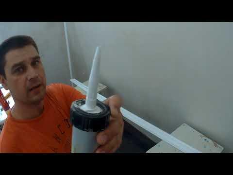 Как клеить плинтус к натяжному потолку видео