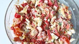 Приготовление салата из крабовых палочек, сыра, яиц и помидоров
