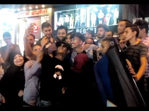 الوطن المصرية:محمد رمضان يوقف المرور لإلتقاط الصور مع معجبيه بالمهندسين