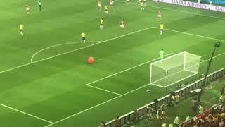 Во время матча Бразилия-Швейцария на стадион выкатился огромный красный шар | Страна.ua