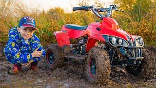 Артур весело катается по грязи и лужам на квадрике