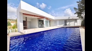 A vendre Villa moderne, piscine, 4 chambres, à 1,5km de la plage de Fustera à Calpe en Espagne