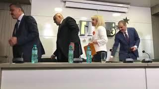 Новият министър тръгва да целува ръка за благодарност, бащицата се дърпа (видео)