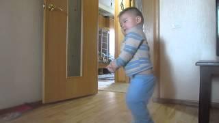 Маленький АДАЙ танцует под куй))) смотреть всем!