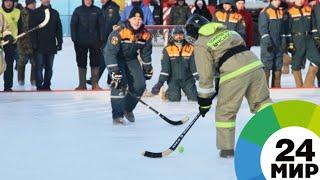 Необычный флешмоб в Новосибирске сыграли в хоккей в валенках - МИР 24