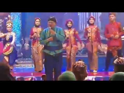 alun-alun-sidoarjo---cak-oejang-/-di-shott-anake-pakai-hp-jadul-/orkhestra-jawa--budaya-indonesia