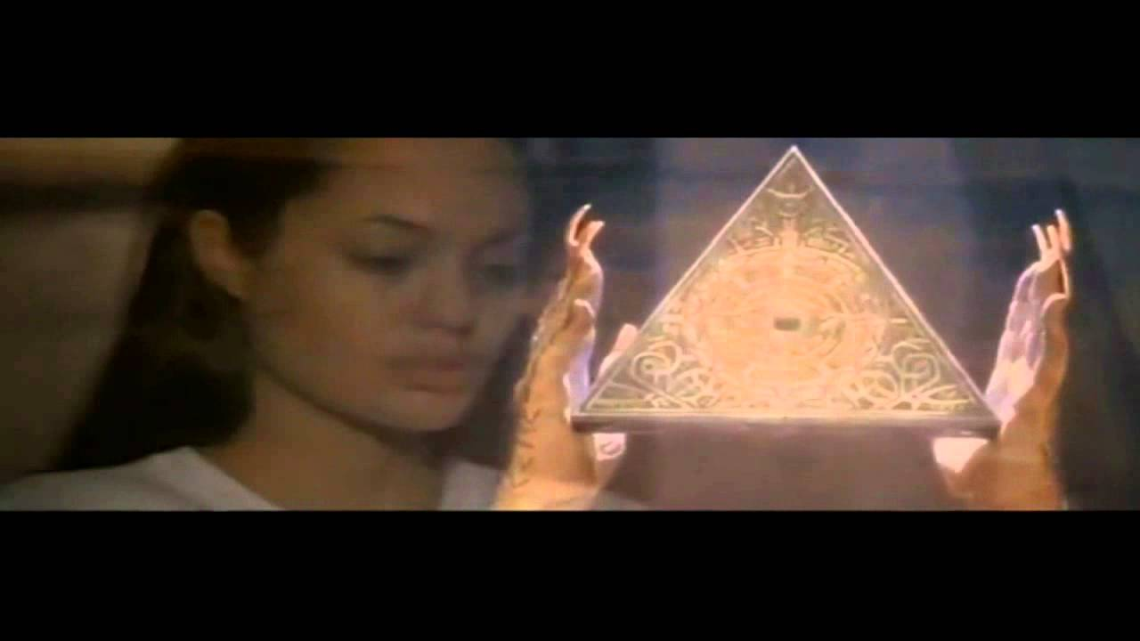 Resultado de imagen de angelina jolie tomb raider illuminati