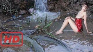 Удивительная Красивая Девушка, Бросающая Водную Рыбалку - Традиционная Рыбалка В   Nicholas channel