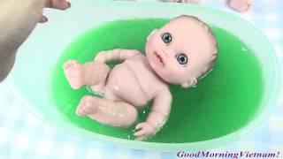 2 Chị Em Búp Bê Em Bé Tắm Chất Nhờn Ma Quái Lỏng CỰC CỰC VUI ! Baby Dolls Bath Slime Baff thumbnail