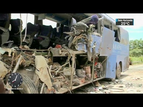 Sete pessoas morreram em acidente com ônibus e carreta no Goiás | SBT Brasil (15/02/18)