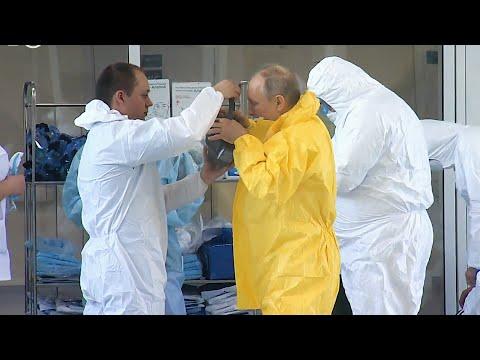 Путин посетил коронавирусную больницу под Москвой в защитном костюме