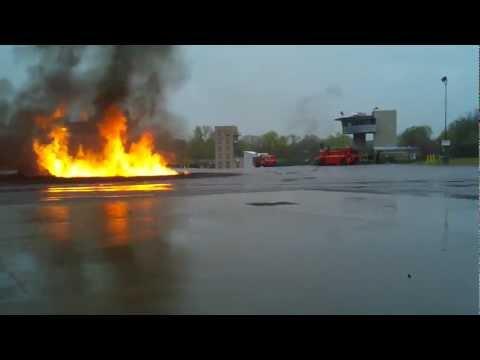 Боевые учения аэродромных пожарных машин