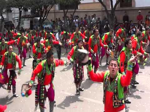Tchinchon Express présente le défilé Virgen de Guadalupe à Sucre