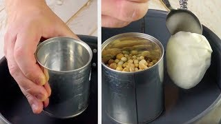 Ставим консервную банку в центр формы и заливаем тестом. Очаровательный десерт!
