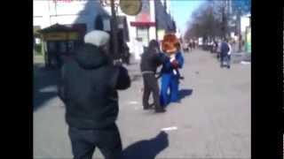 Ростовая кукла наказывает гопника