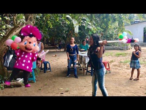 LOS HIJOS DE YAKI CON CHAPINCITO 55 apegarle a la piñata