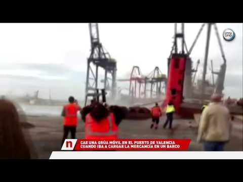 CAE UNA GRÚA DE GRAN TONELAJE EN EL PUERTO DE VALENCIA
