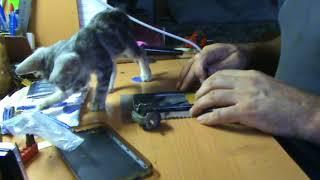 Замена аккумулятора телефона на моделях с несъемными батареями.