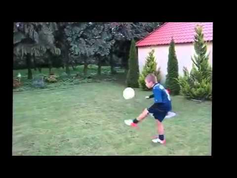 Ronaldo'nun hareketlerini yapan çocuk