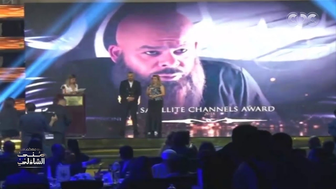اللحظة التي بكى فيها منذر رياحنة وهو يهدي الجائزة لصديقه بعد وفاته