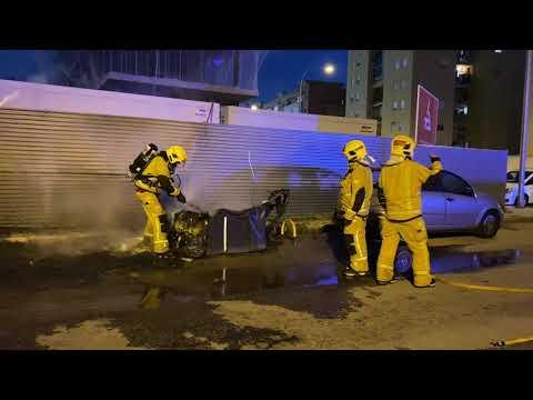 Dos vehículos afectados al incendiarse una batería de contenedores en Palma