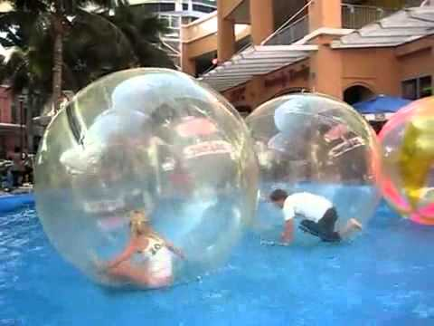 Diversion vendo bolas gigantes agua tierra youtube for Bolas para piscina de bolas