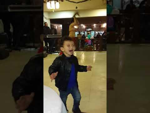 طفل يرقص مع راقصه و لا اجدعها رقاصه thumbnail