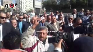 بالفيديو مواطن يرقص أمام محافظ القاهرة شاهد ماذا فعل الحرس معه ؟