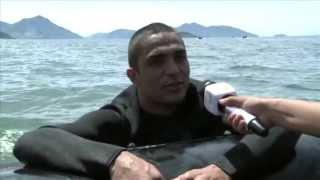 Paraquedistas saltando no mar