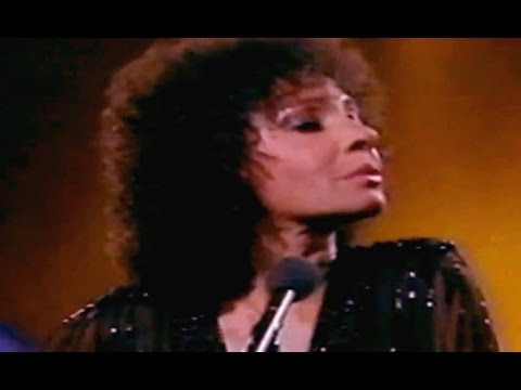 Shirley Bassey - GOLDFINGER / New York New York Medley (1982 Live)