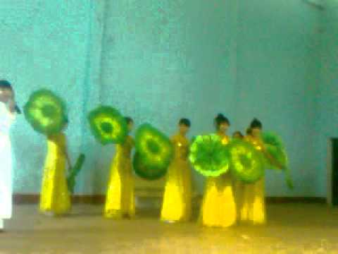 """Tiết mục múa """"Xinh tươi Việt Nam"""" của lớp 10A2 duyệt 11-3-2012"""