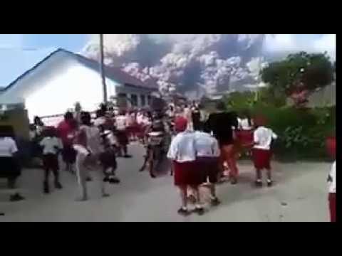 Violenta erupción del Volcán Monte Sinabung en la Isla de Sumatra Indonesia