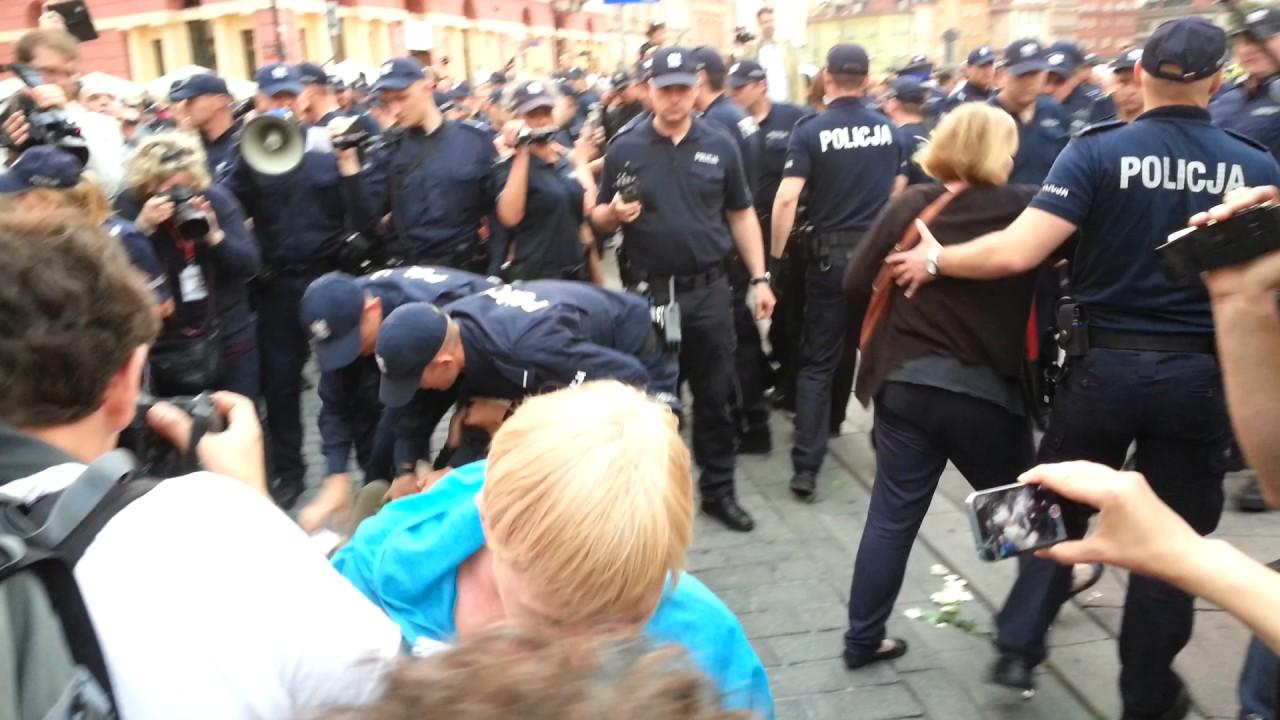 Policja wynosi Obywateli RP z trasy marszu