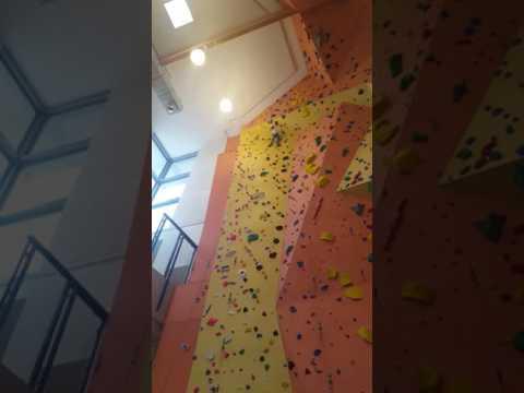 Tag der offenen Tür Kletterhalle Darmstadt - Simon 6 Jahre an der Kletterwand