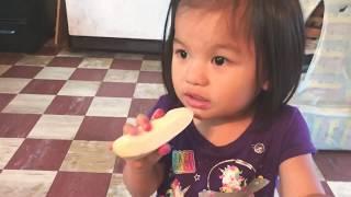 2 toddlers, 1 unripe banana