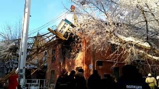 Кран упал на жилой дом Киров