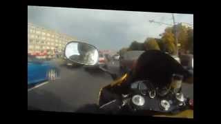 Мотоциклист летит по пробке в Москве