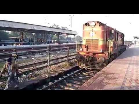 Nagpur - Pune Express loco/engine change at Daund Jn.