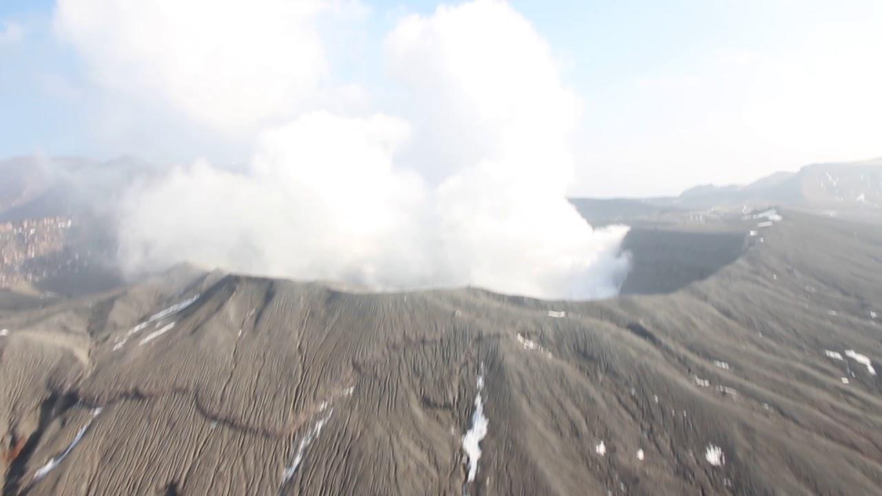 搭直昇機觀覽阿蘇火山口 - YouTube