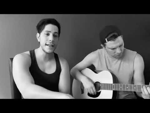 Christian Chávez tocando guitarra con su novio Maico Kemper