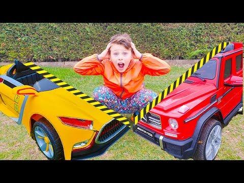 Alinin arabalar bölünmüş ve Kids play with Toy Box
