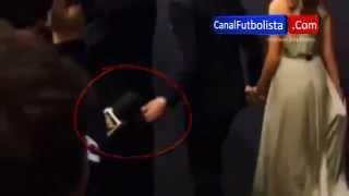 كاسيياس يضع يده في مؤخرة الخنثى رونالدو