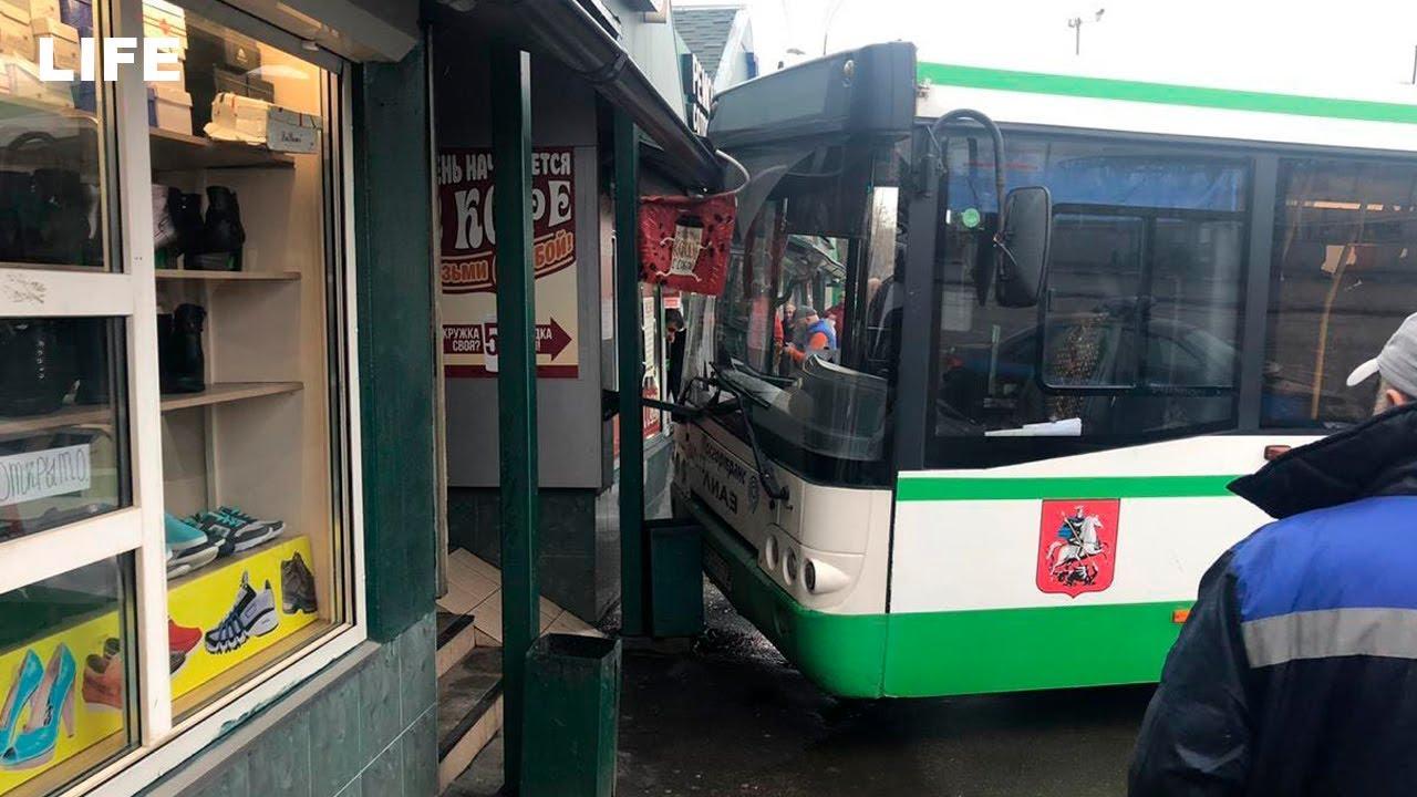Автобус влетел в ТЦ в Москве