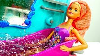 Лялька Барбі приймає Ванну з піною. Граємо з БАРБІ!