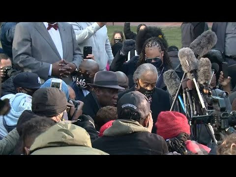 Floyd family, Rev. Sharpton kneel for 8 minutes, 46 seconds before start of trial