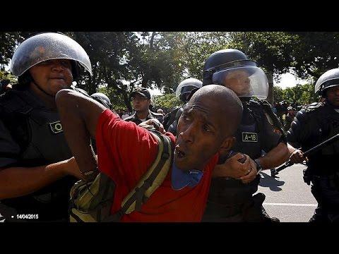 Смотреть Полиция Бразилии стреляет на поражение онлайн